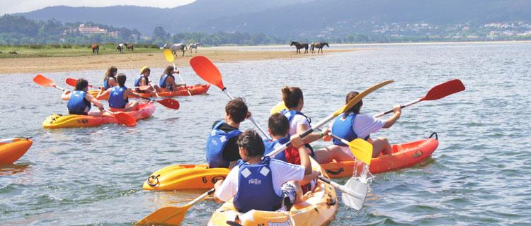 Niños en Kayak con caballos al fondo