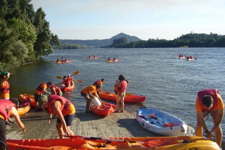 Grupo de personas en kayak, en un embarcadero del río miño