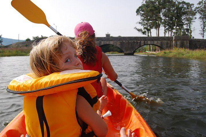 Niña en Kayak por el río Tamuxe