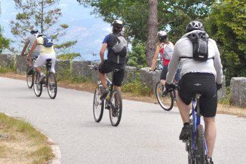 Grupo de personas en bicicleta de montaña