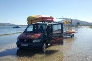 Furgoneta transportando kayaks en la desembocadura del Río Tamuxe