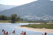 Grupo de palistas en Kayak por el Río Miño con el Monte Faro al fondo