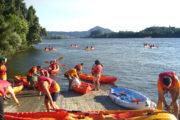 Grupo de personas en Kayak desembarcando en el Río Miño
