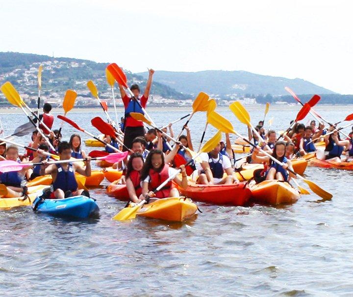 Grupo de Kayaks con escolares a bordo por el Río Miño