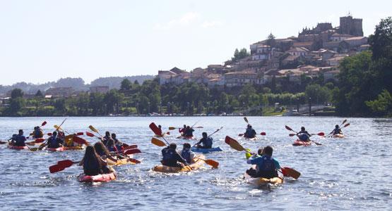 Alquiler de kayaks por el Río Miño con la Catedral de Tui al fondo