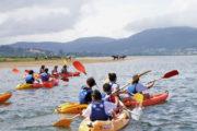 Grupo de escolares en Kayak navegando en por el Río Miño