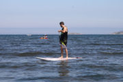 Chico practicando paddle surf