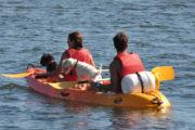 Kayak por el rio miño con perros y personas a bordo