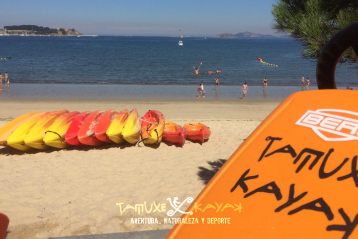 Kayaks en la arena de la playa de Ladeira
