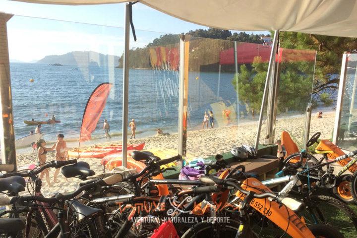Karts a pedales y bicicletas en el punto de control de la playa de Ladeira