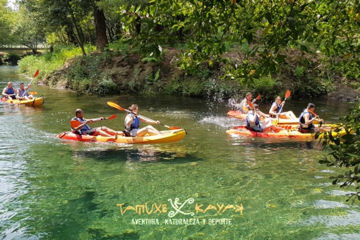 Kayaks por río de agua cristalina