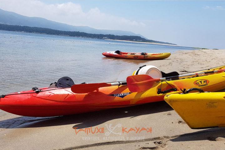 Kayaks a punto de emprender ruta río Miño a Tamuxe