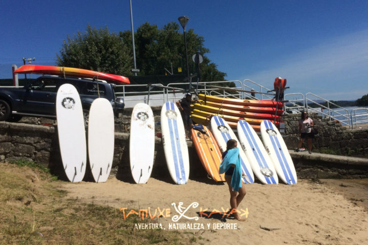 Kayaks y tablas de paddle surf en el embarcadero del club náutico de Tui