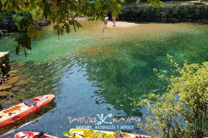 Kayaks sobre agua cristalina en río Tamuxe